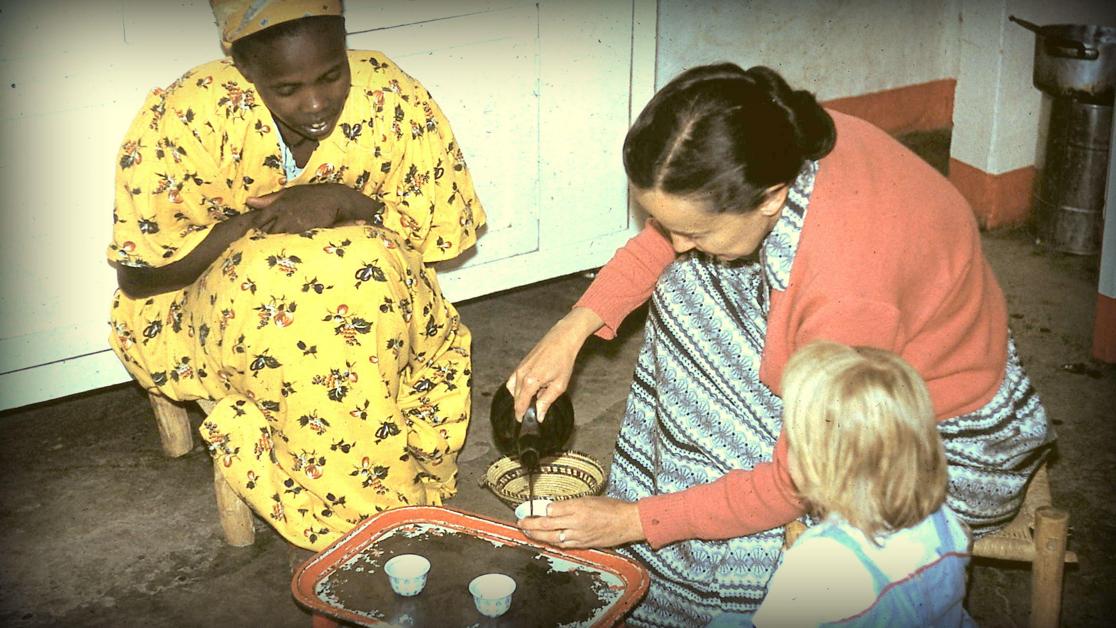 Arlena Mahaffy and her youngest child, Elizabeth, making coffee with Tuka'a, in Eritrea. (Courtesy of Peter Mahaffy.)